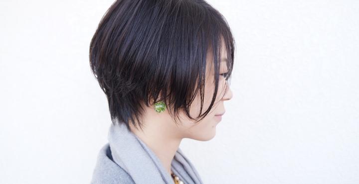 レザーを使ってカット。黒髪ストレートでも柔らかく動きのあるショートヘアに。
